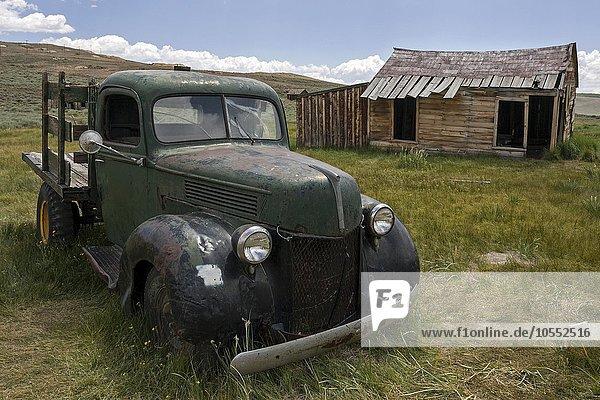 Altes Auto aus den 30er Jahren  Oldtimer  altes Holzhaus  Geisterstadt  alte Goldgräberstadt  Bodie State Historic Park  Bodie  Kalifornien  USA  Nordamerika