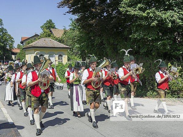 Blaskapelle bei Brauchtumsumzug am Schlierseer Kirchtag durch den Ort  Schliersee  Bayern  Deutschland  Europa