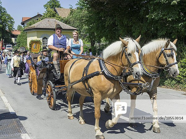 Pferdewagen bei Brauchtumsumzug am Schlierseer Kirchtag durch den Ort  Schliersee  Bayern  Deutschland  Europa
