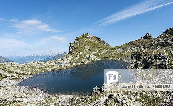 Wanderer an einem Bergsee  Rauhenbergsee im Klafferkessel  Seenplatte  Rohrmoos-Untertal  Schladminger Tauern  Steiermark  Österreich  Europa