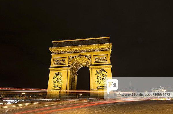 Triumphbogen  Arc de Triomphe bei Nacht mit Lichtspuren  Place Charles de Gaulle  Paris  Île-de-France  Frankreich  Europa