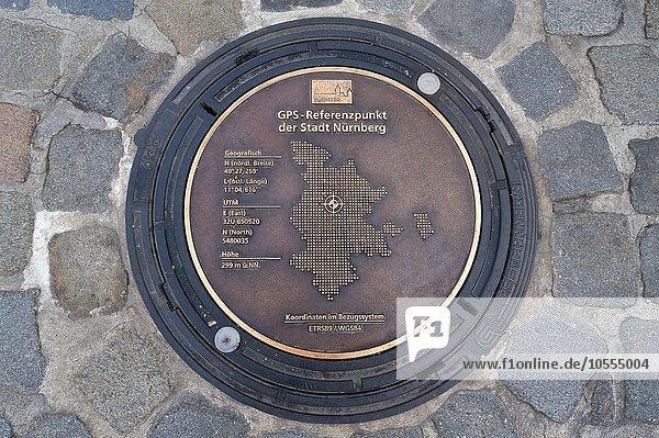 Kanaldeckel als GPS-Referenzpunkt am Hauptmarkt,  Nürnberg,  Mittelfranken,  Bayern,  Deutschland,  Europa