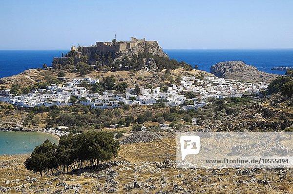 Bucht von Lindos mit Akropolis von Lindos  Lindos  Rhodos  Dodekanes  Griechenland  Europa