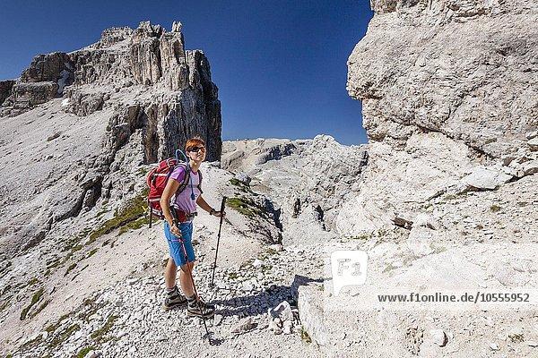 Bergsteiger auf der Forcella Grande  Klettersteig Via ferrata Tomaselli  Aufstieg auf die Südliche Fanesspitze  hinten der Lagazuoi  Dolomiten  Belluno  Alpen  Italien  Europa