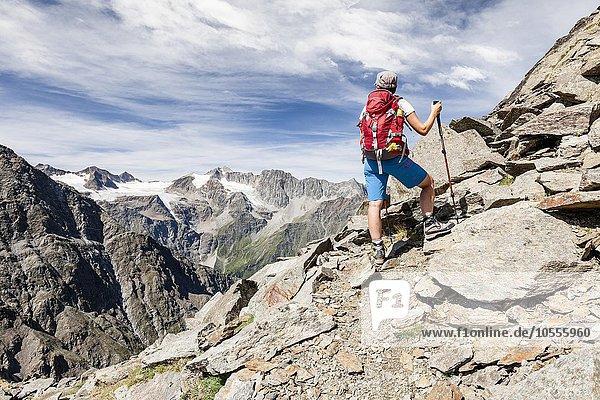 Bergsteiger am Gipfelgrat zur Jennwand  hinten der Laaserferner mit Vertainspitz und Großen Angulus  Südtirol  Trentino-Südtirol  Alpen  Italien  Europa