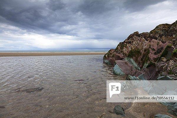 Farbiges Schiefergestein am Strand bei Ebbe  Varanger  Finnmark  Norwegen  Europa