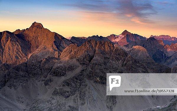 Gipfel der Parsaierspitze links  Hoher Riffler rechts  bei Sonnenaufgang  Gramais  Lechtal  Tirol  Österreich  Europa