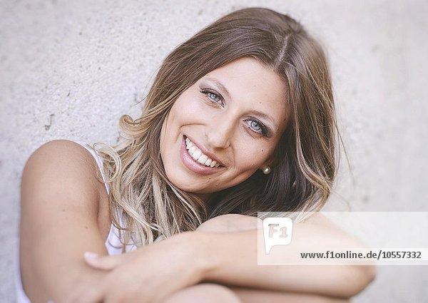 Junge  hübsche  lachende Frau mit langen Haaren und blauen Augen  Portrait