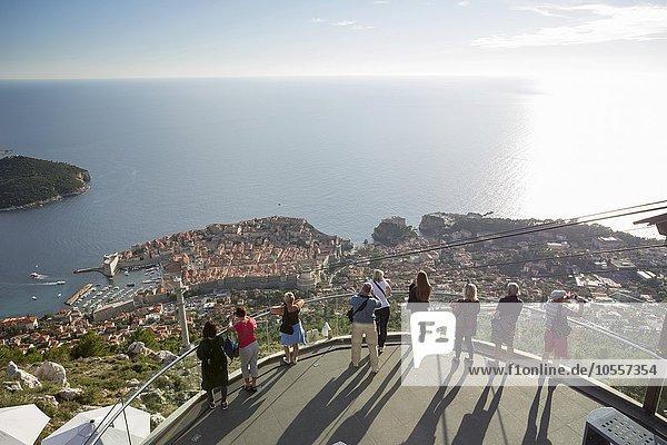 Besucher genießen den Ausblick auf Dubrovnik von der Aussichtsplattform auf dem Brdo Srd  Sergiusberg  Dubrovnik  Kroatien  Europa