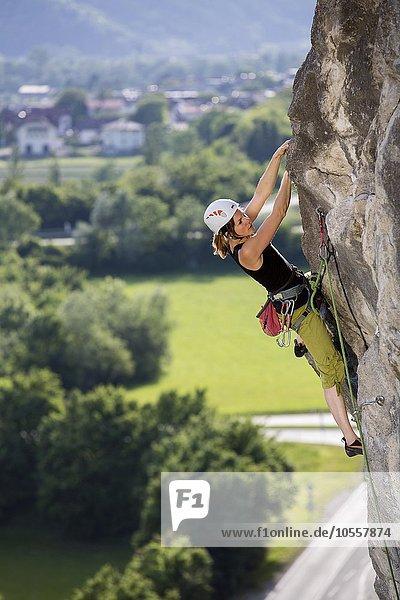 Kletterin  Frau klettert im Vorstieg an einer Felswand  Martinswand  Zirl  Tirol  Österreich  Europa