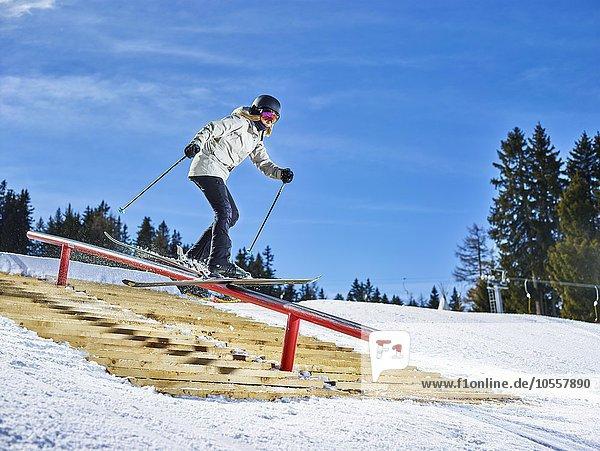 Jugendliche mit Freeski bei einem Slide im Funpark Muttereralmpark  Mutters  Tirol  ?sterreich