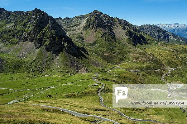 Ausblick auf das Tal Vallée de Barèges vom Straßenpass Col du Tourmalet  Hautes Pyrénées  Frankreich  Europa