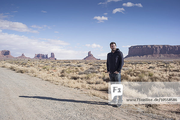 stehend Europäer Mann Fernverkehrsstraße Wüste schmutzig