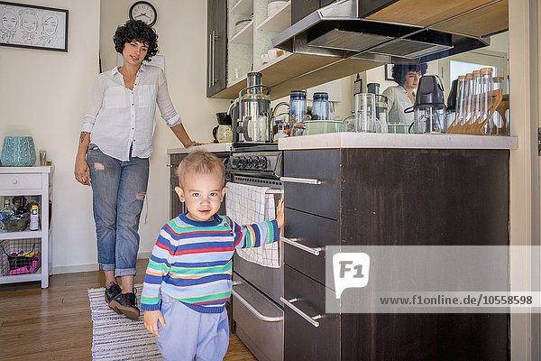 Europäer sehen Sohn Küche Mutter - Mensch Baby