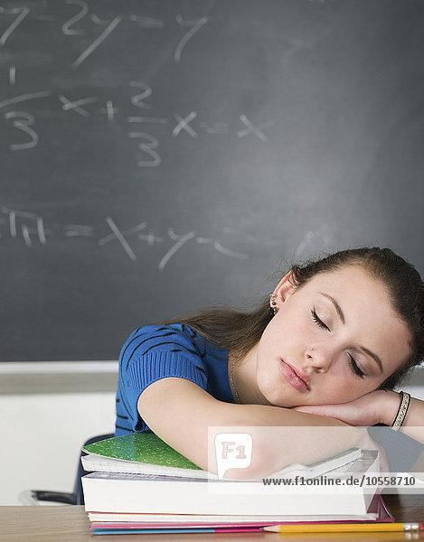 Schreibtisch Langeweile schlafen Klassenzimmer Student