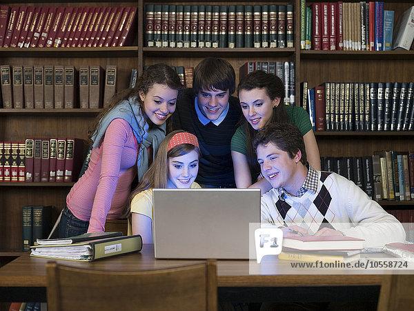benutzen Notebook Bibliotheksgebäude Student