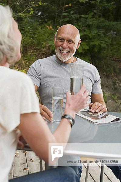 Außenaufnahme Wasser trinken alt Tisch freie Natur