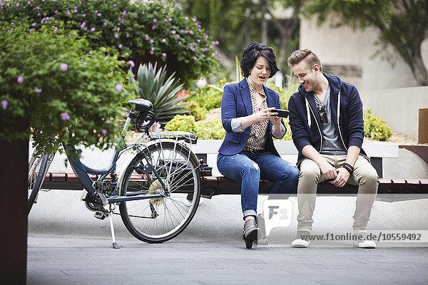 Handy benutzen Europäer Mensch Menschen Sitzbank Bank Business
