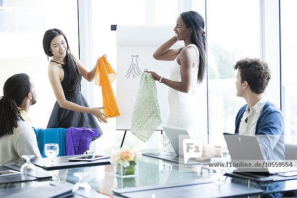 Mensch Büro Menschen Geschäftsbesprechung Stoff Besuch Treffen trifft Muster Business Untersuchung