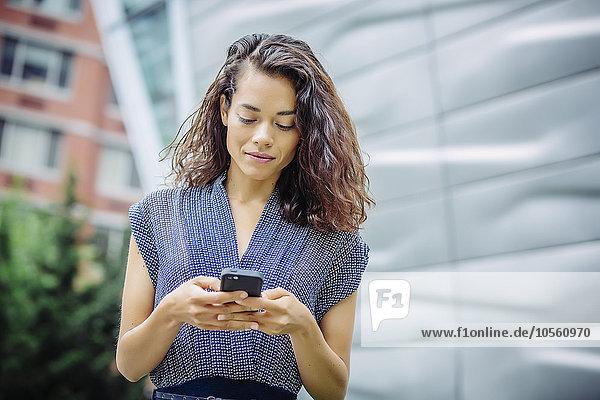Handy Außenaufnahme benutzen Geschäftsfrau mischen Mixed freie Natur