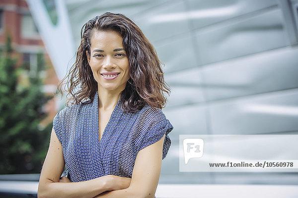 Außenaufnahme stehend überqueren Geschäftsfrau mischen Mixed freie Natur