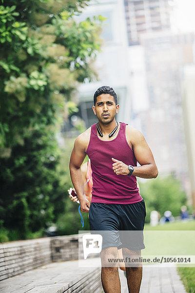 Mann Großstadt Indianer joggen