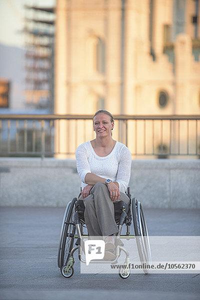 Dach sitzend Städtisches Motiv Städtische Motive Straßenszene Frau Behinderung Rollstuhl