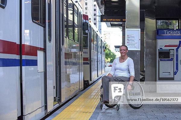 Frau warten Behinderung Haltestelle Haltepunkt Station Zug Rollstuhl