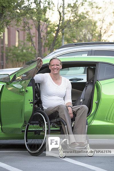 Frau Auto Behinderung klettern Rollstuhl