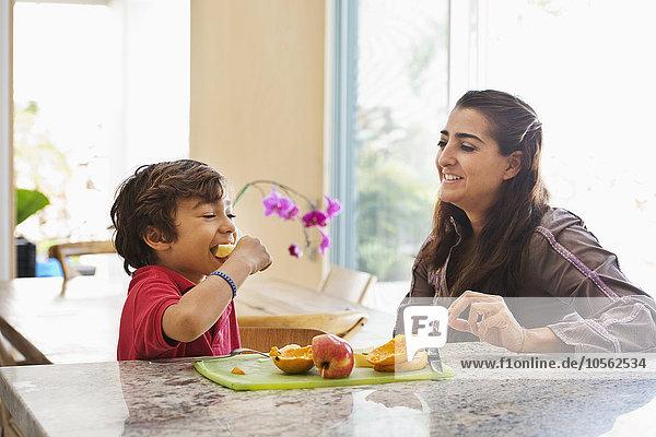 Sohn Frucht Hispanier Küche essen essend isst Mutter - Mensch