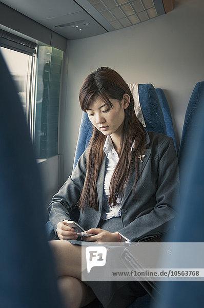 Handy Flugzeug benutzen Geschäftsfrau chinesisch
