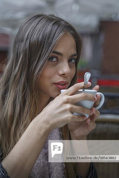 Europäer Frau trinken Kaffee