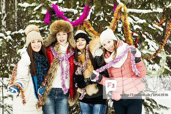 Europäer Mädchen spielen Schnee
