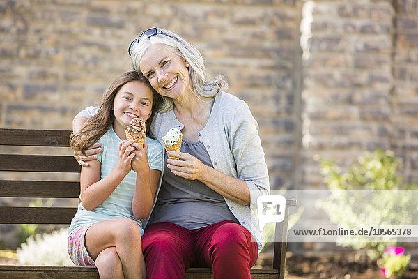 Europäer Eis Enkeltochter Großmutter essen essend isst Sahne