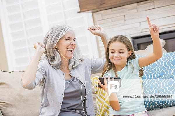 Handy Europäer zuhören Enkeltochter Großmutter