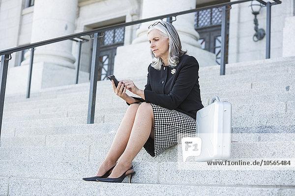 Stufe Handy Gerichtsgebäude benutzen Europäer Geschäftsfrau