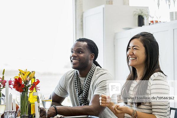 lächeln am Tisch essen Zimmer Tisch