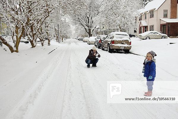 Europäer Sohn Mutter - Mensch spielen Schnee