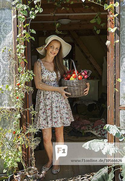 Europäer Frau Korb Eingang Gemüse halten