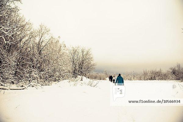Europäer gehen wandern Schnee