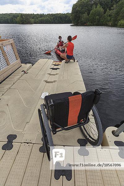 Behindertensport Europäer Frau Hilfe Kajak Ausbilder