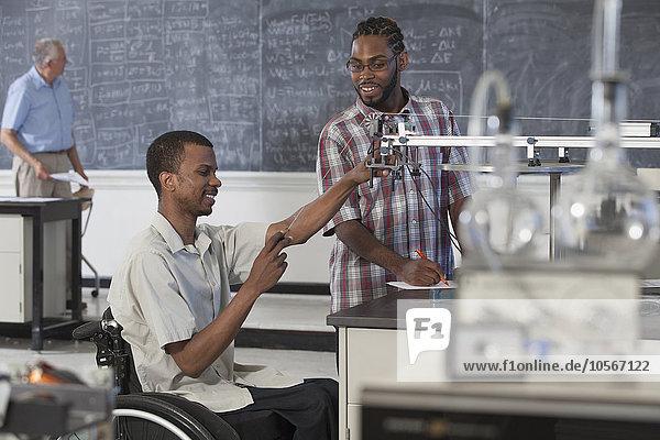 Behindertensport arbeiten Klassenzimmer Student Schüler Wissenschaft