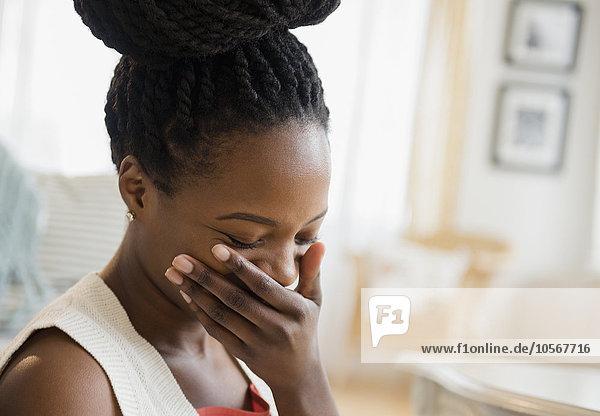 Frau lachen schwarz