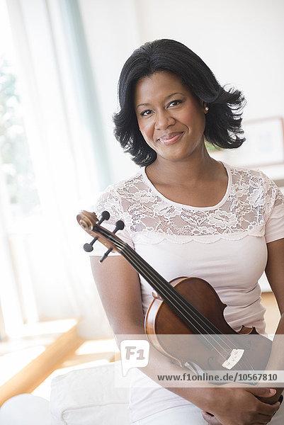 Frau halten schwarz Geige