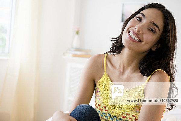Frau lächeln Hispanier