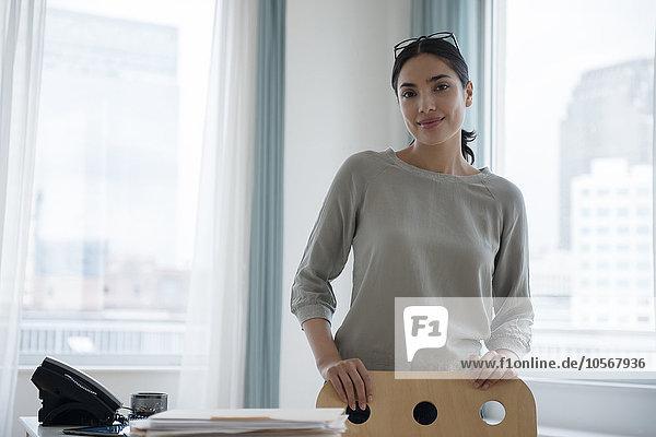 Geschäftsfrau lächeln Hispanier Büro