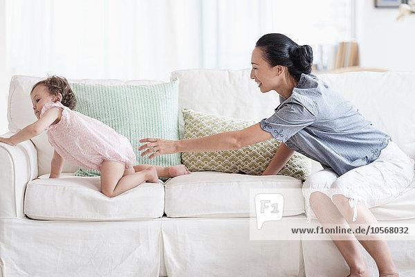 Couch Tochter Mutter - Mensch Baby spielen