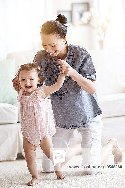 gehen Hilfe Zimmer Tochter Wohnzimmer Mutter - Mensch Baby