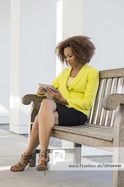benutzen Geschäftsfrau Sitzbank Bank mischen Tablet PC Mixed