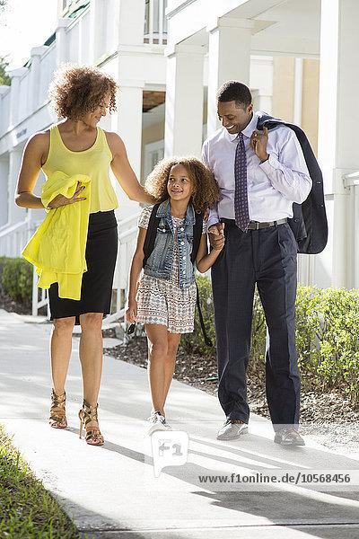 gehen Menschliche Eltern Schule (Einrichtung) Tochter